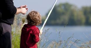 Un petit garçon à la pêche